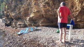 Il corpo di Bozano coperto da un telo sulla spiaggia (Foto Roberto Medici)