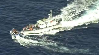La motovedetta libica quasi sperona il barcone (Ansa)