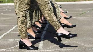 Le soldatesse ucraine con i tacchi durante le prove per una parata militare (Ansa)
