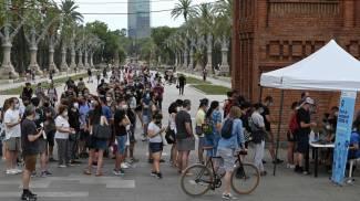 Persona in fila per essere vaccinate a Barcellona (Ansa)