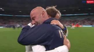 L'abbraccio tra Mancini e Vialli dopo la vittoria a Wembley (fermo immagini Sky, Ansa)