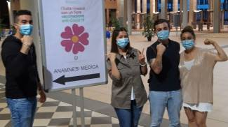 Giovani in coda per vaccinarsi all'open day di giugno