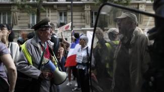 Manifestazioni a Parigi contro le misure introdotte da Macron (Ansa)
