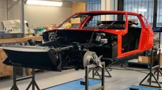 Auto in fase di restauro (Foto Cairati Milano)