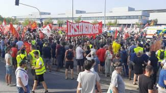 La folla di manifestanti davanti alla Gkn