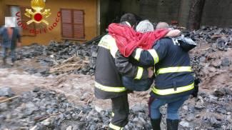 Maltempo, i vigili del fuoco portano in salvo una persona nel Comasco
