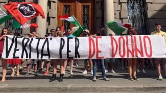 Striscione esposto sotto la sede di Aifa