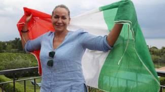 Viviana Masini, la mamma di Marcell Jacobs, festeggia con la bandiera italiana