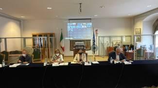 Un momento del tavolo: al centro il viceiministro, alla sua sinistra il presidente Giani