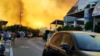 Porto Badisco, le immagini delle fiamme su Twitter