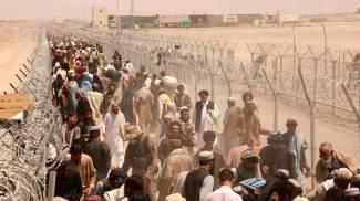 Migliaia di sfollati al confine di Chaman tra Afghanistan e Pakistan (Ansa)