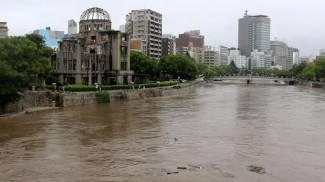 Il fiume di Hiroshima in piena (Ansa)