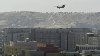 Un elicottero americano in azione a Kabul (Ansa)