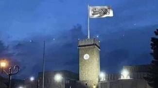 La bandiera bianca dei Talebani sventola sul pennone del palazzo presidenziale di Kabul