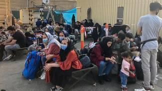 Afghanistan, gente in attesa all'aeroporto di Kabul (Ansa)