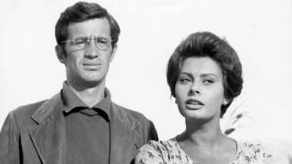 Jean-Paul Belmondo con Sophia Loren sul set del film 'La Ciociara' del 1961 (Ansa)