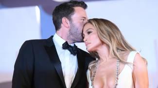 Ben Affleck, 49 anni, sul tappeto rosso di Venezia con Jennifer Lopez, 52 anni (Ansa)