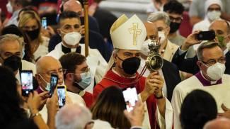 L'arcivescovo Battaglia con l'ampolla del sangue di San Gennaro
