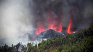 L'eruzione del vulcano La Palma alle Canarie (Ansa)