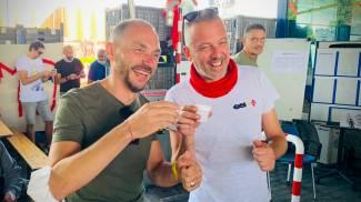 I lavoratori Gkn festeggiano dopo la sentenza (foto Germogli)