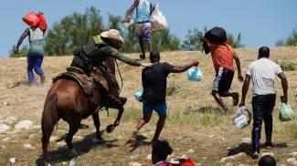 Polizia di frontiera Usa insegue i migranti a cavallo (Ansa)