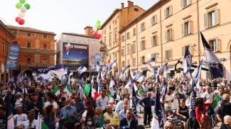 Circa 800 sostenitori di Fratelli d'Italia si sono riuniti in piazza Galvani