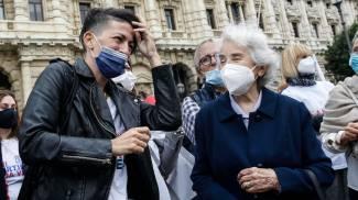 Valeria Imbrogno e Mina Welby al deposito delle firme per il referendum sull'eutanasia