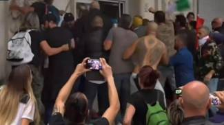Manifestanti No vax occupano sede Cgil di Roma