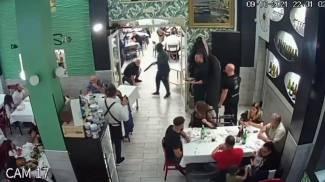 Le immagini del video delle telecamere di sorveglianza del ristorante (Ansa)