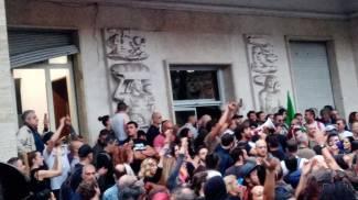 Un momento dell'assalto alla sede della Cgil, si indaga anche su tre pesaresi