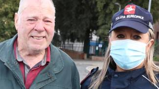 Mauro Machetti con un'agente della Municipale