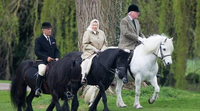 La regina ELisabetta II con il suo pony Fell Carltonlima Emma